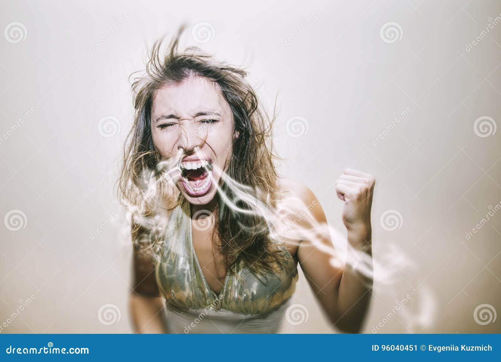 De vrouw gilt en zweert een rook van zijn neus in een pasvorm van emoti