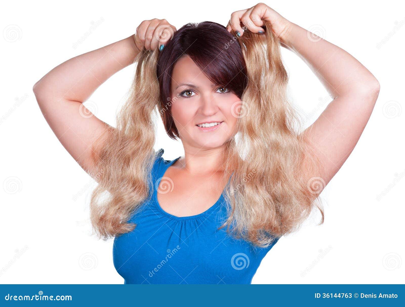 De vrouw kiest de juiste kleur voor uitbreidingen