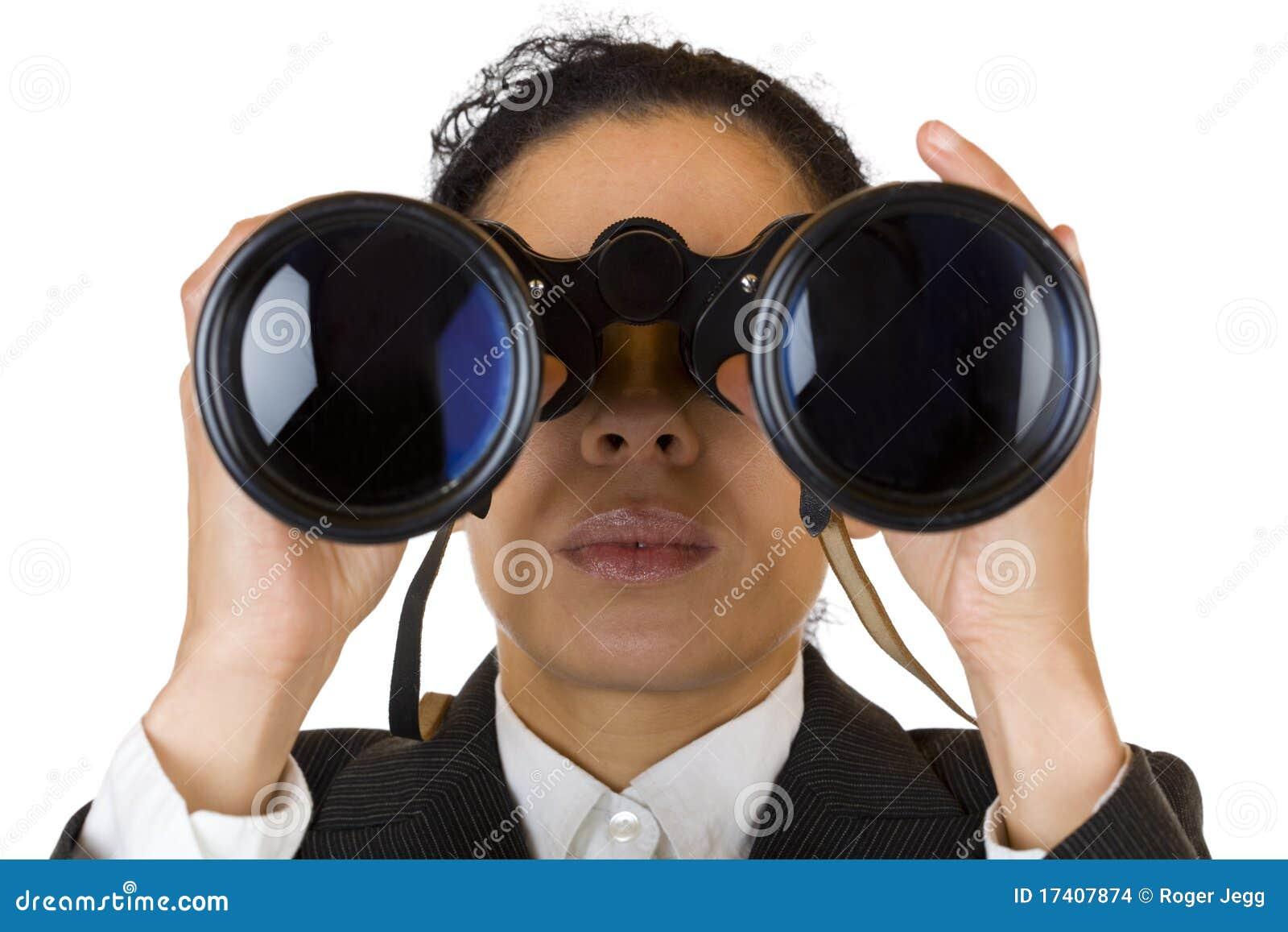 De vrouw kijkt door verrekijkersonderzoek naar zaken