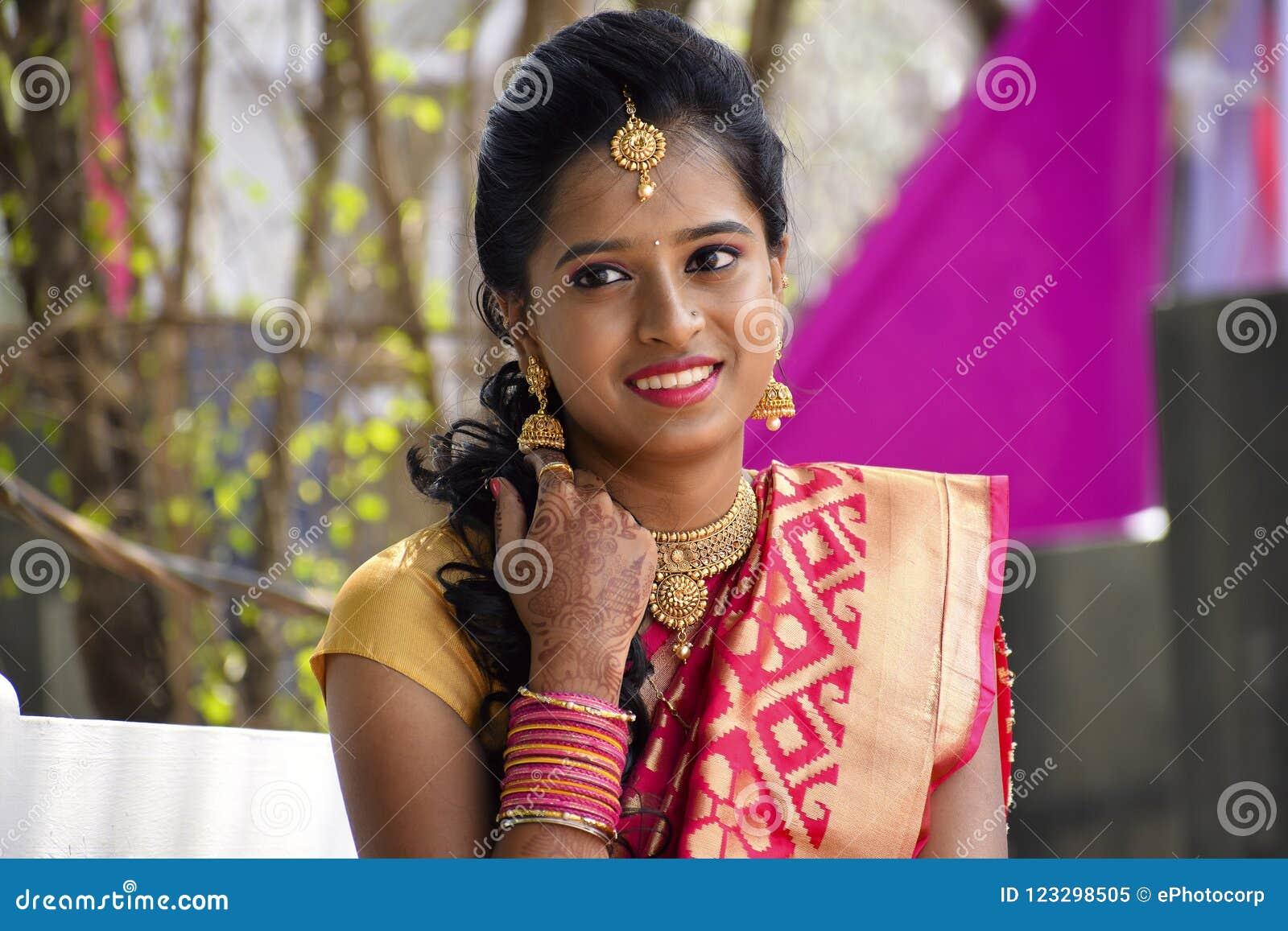 De vrouw kleedde zich in Indische kledij bij huwelijksceremonie bekijkend camera, Pune