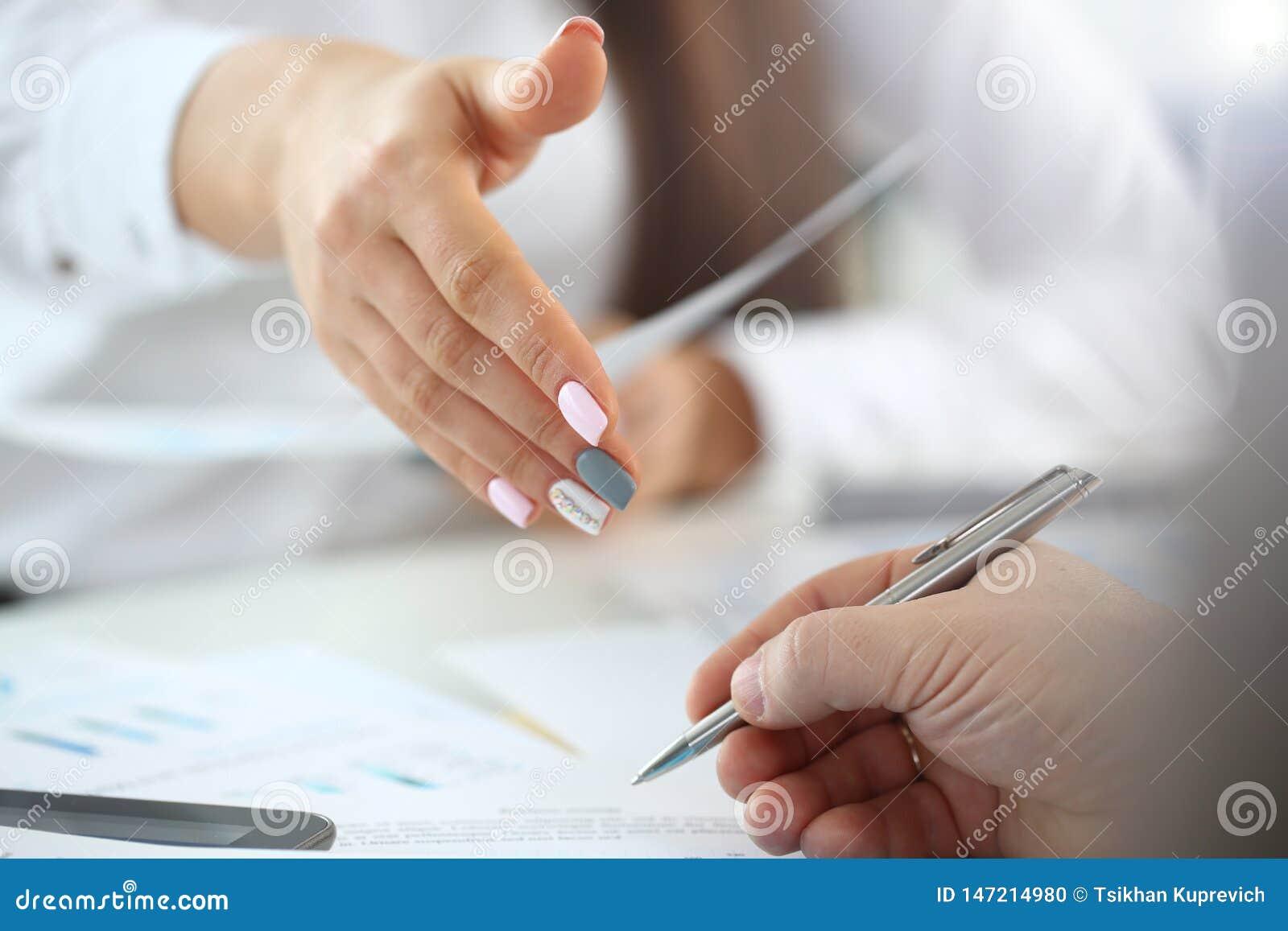 De vrouw in kostuum geeft hand zoals hello in bureauclose-up