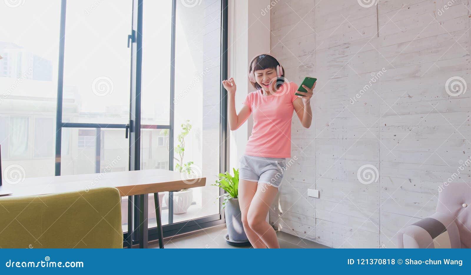 De vrouw luistert muziek en dans