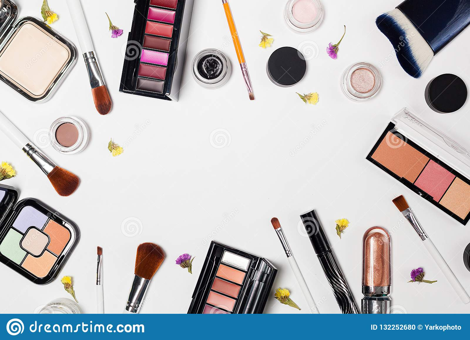 De vrouw maakt omhoog producten en toebehoren op witte achtergrond professionele decoratieve schoonheidsmiddelen, make-uphulpmidd