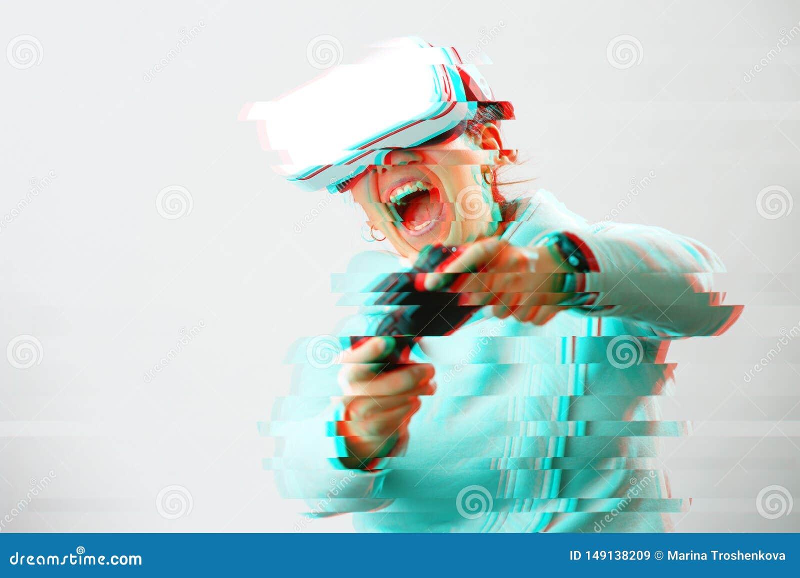De vrouw met virtuele werkelijkheidshoofdtelefoon speelt spel Beeld met glitch effect