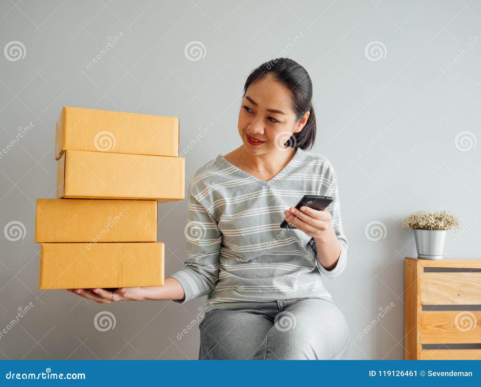 De vrouw ontving grote orde van haar online zaken via smartphone a