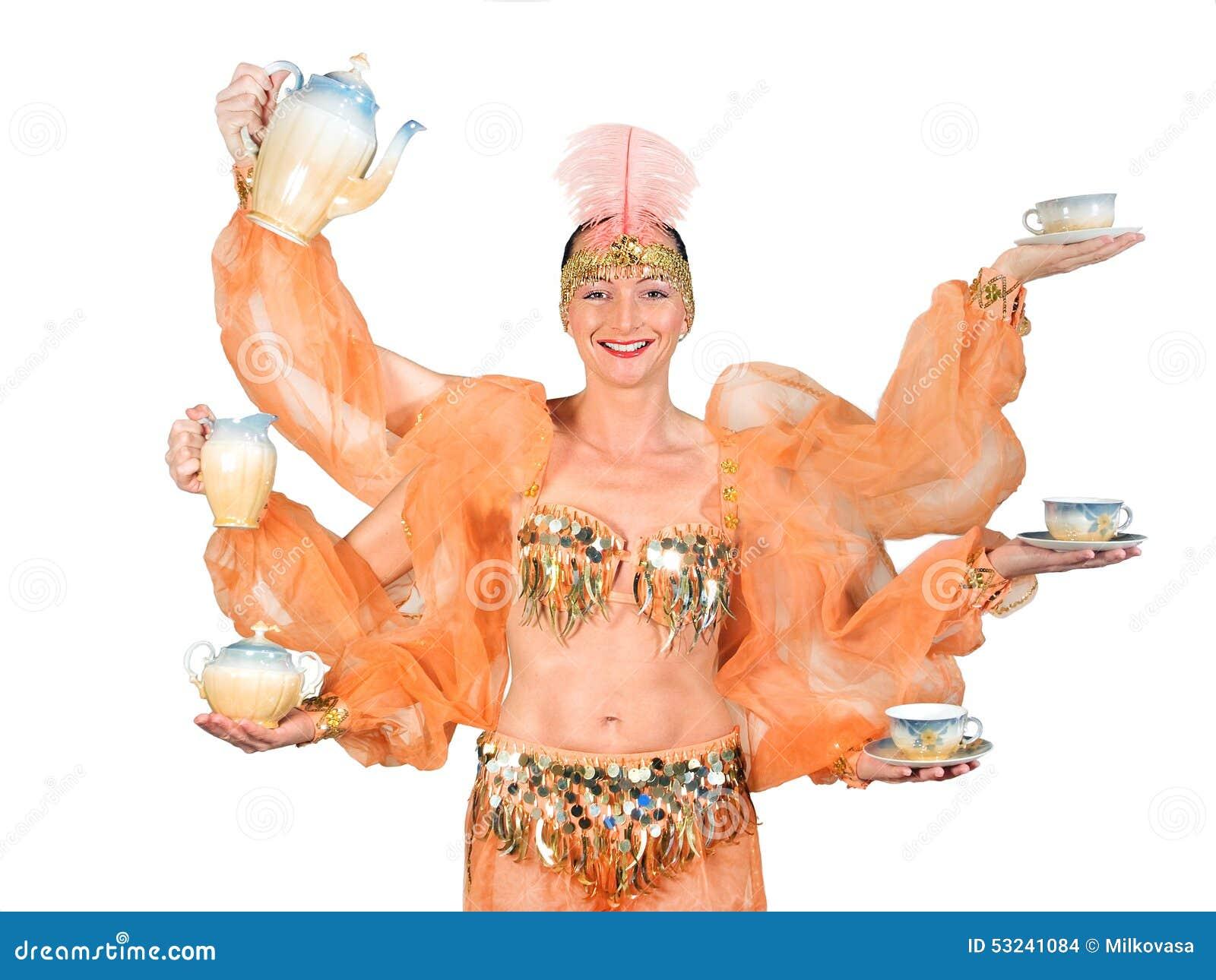 De vrouw in oosters kostuum draagt drank