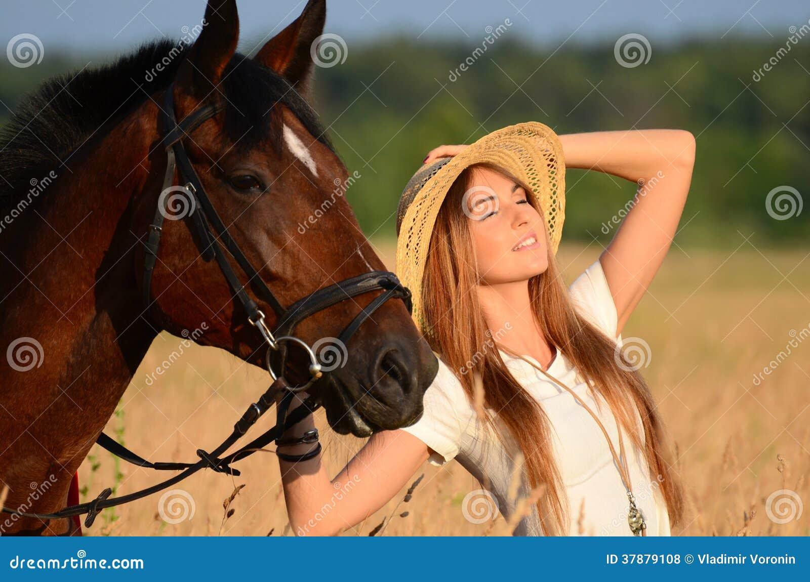 De vrouw op een paard op het gebied