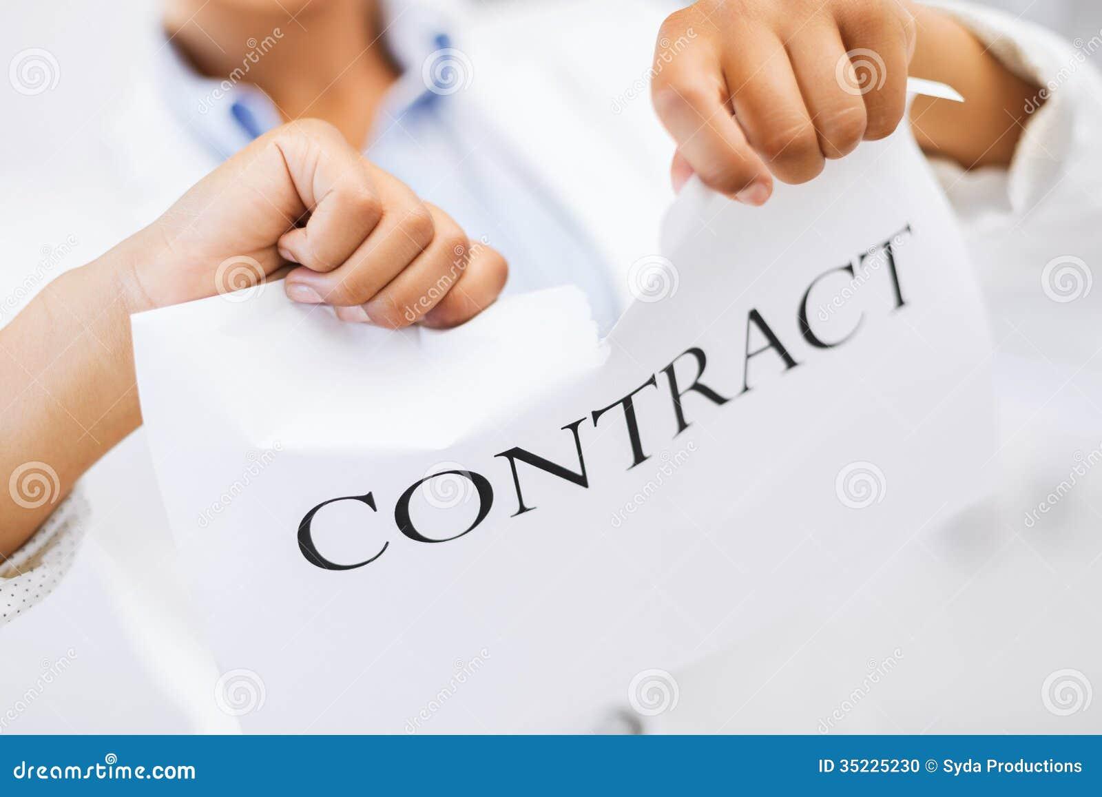 De vrouw overhandigt tearing contractdocument