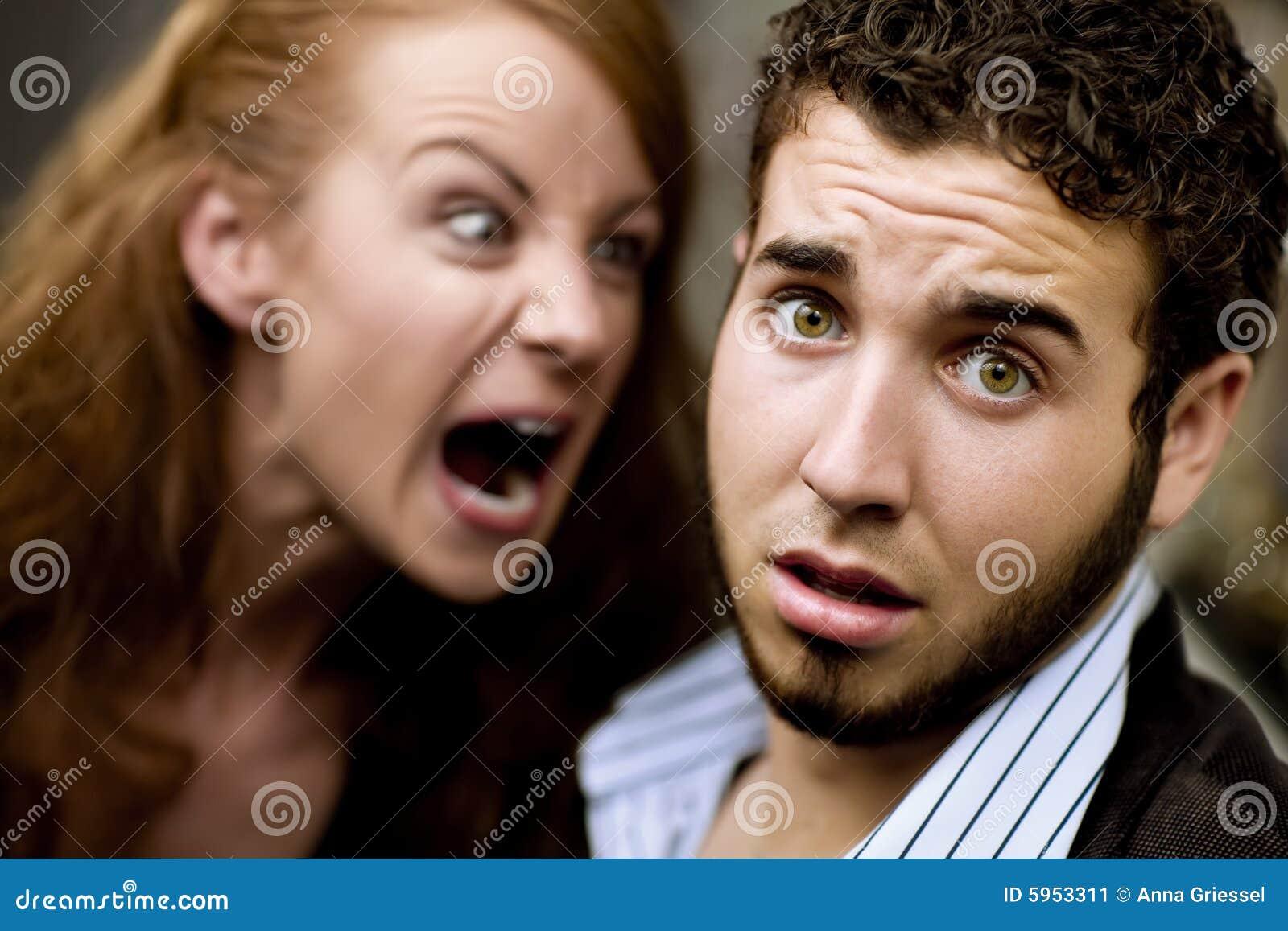 De vrouw schreeuwt bij de Mens