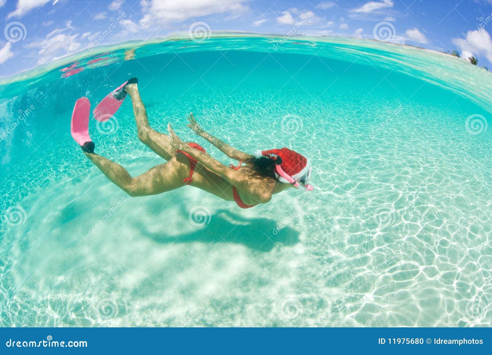 De vrouw snorkelt Kerstmisvakantie