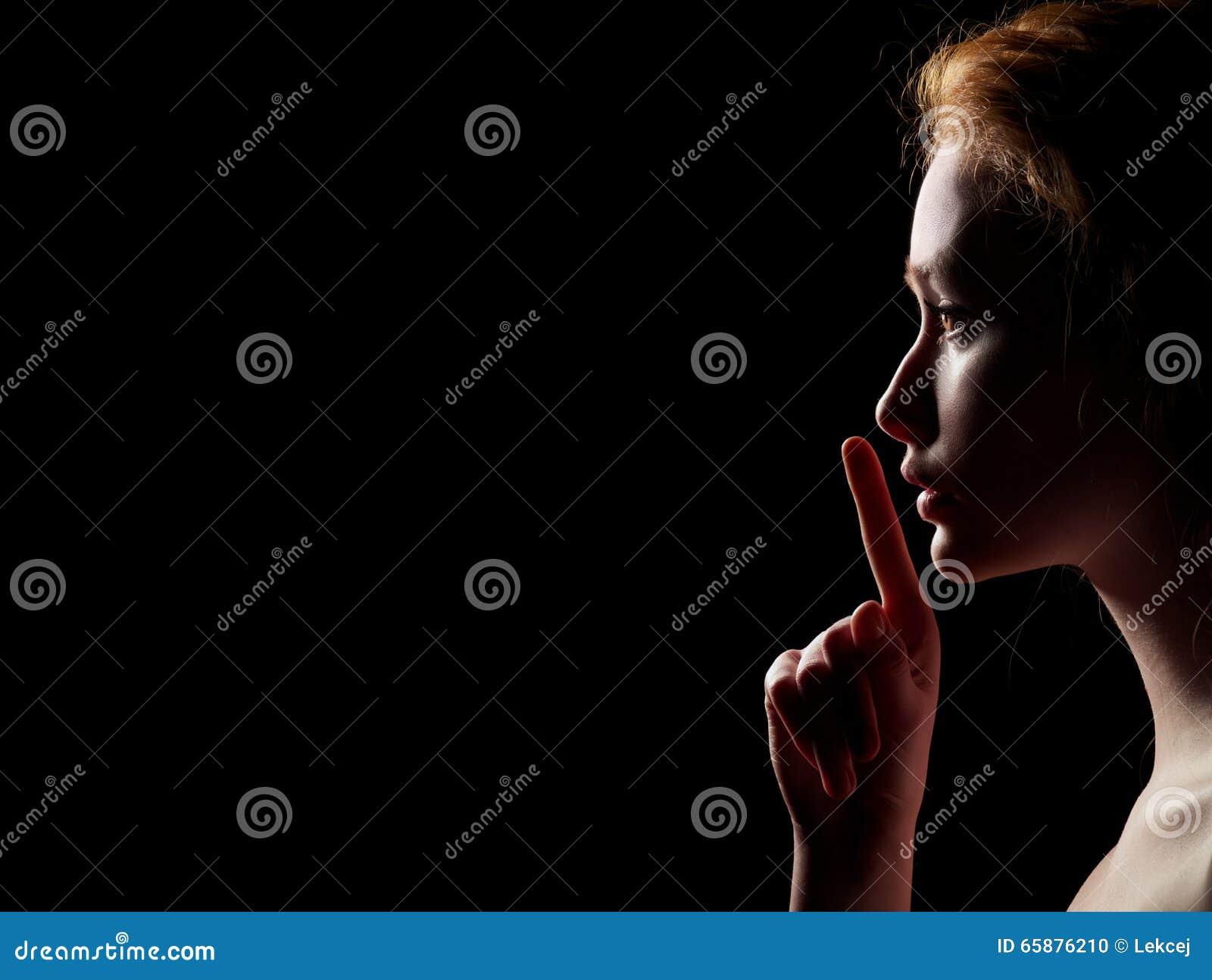 De vrouw toont Stilte