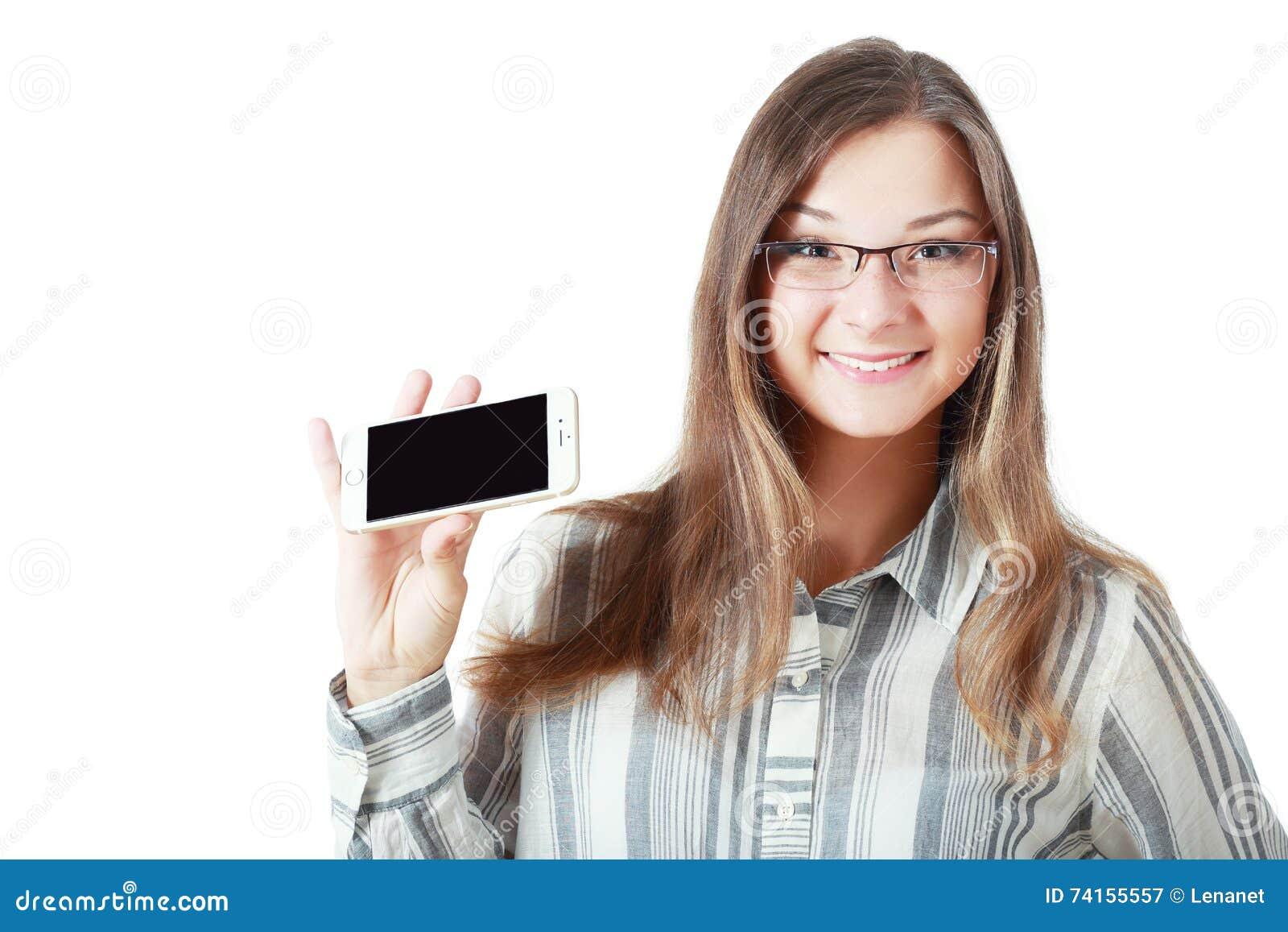 De vrouw toont vertoning van mobiel
