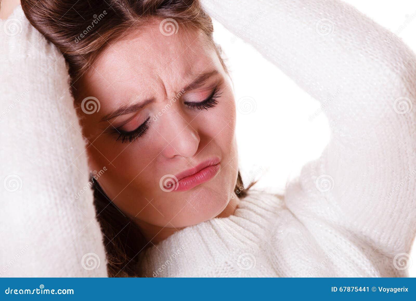 De vrouw trekt haar met depressie