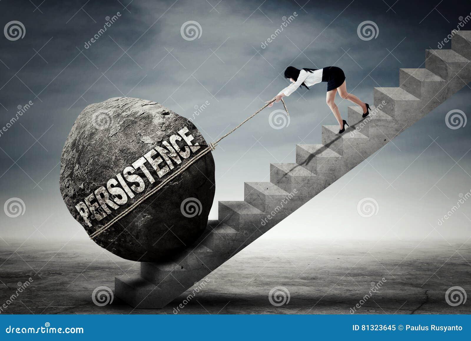 De vrouw trekt steen met persistentietekst