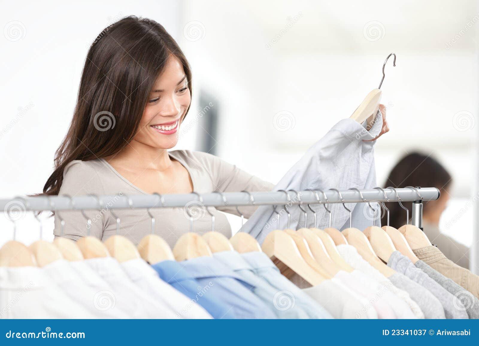 De vrouw van de klant het winkelen kleren