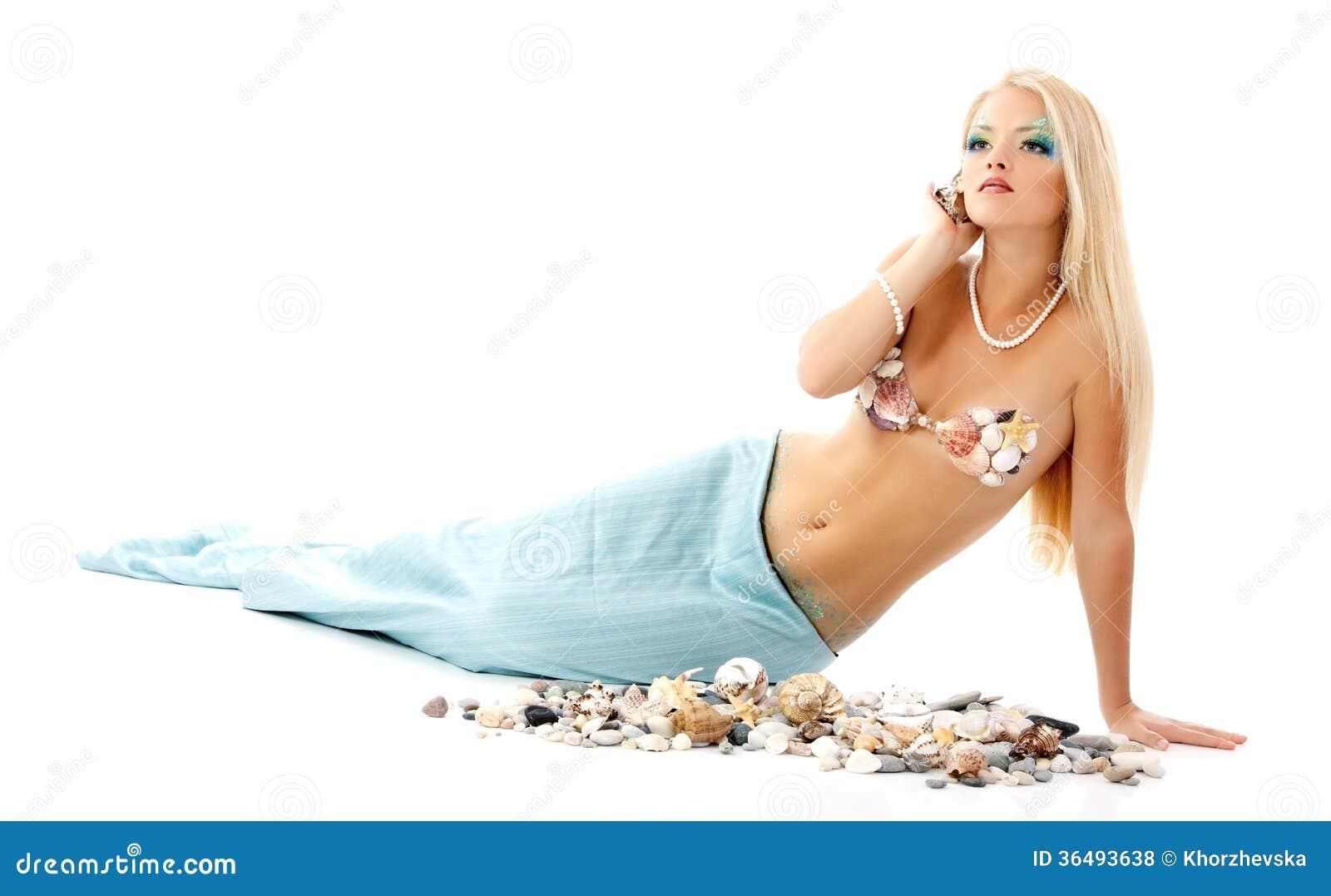 De vrouw van de meermin mooie magische mythologie jonge het luisteren shell