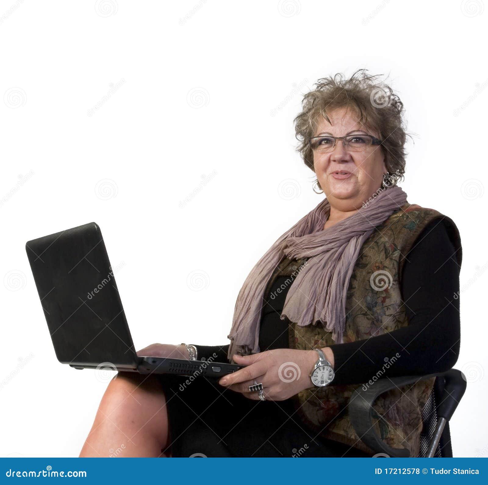 De Vrouw van de middenLeeftijd met Laptop