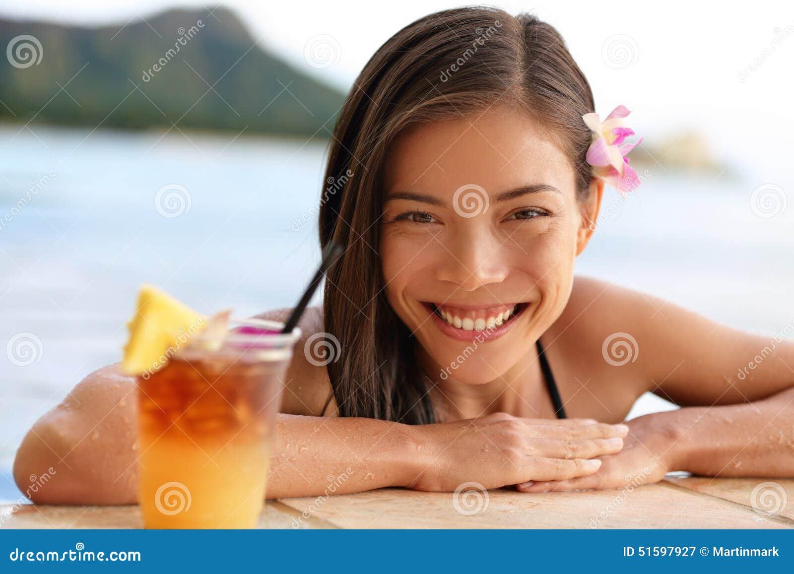 De vrouw van Hawaï met Hawaiiaanse Mai Tai-drank op strand