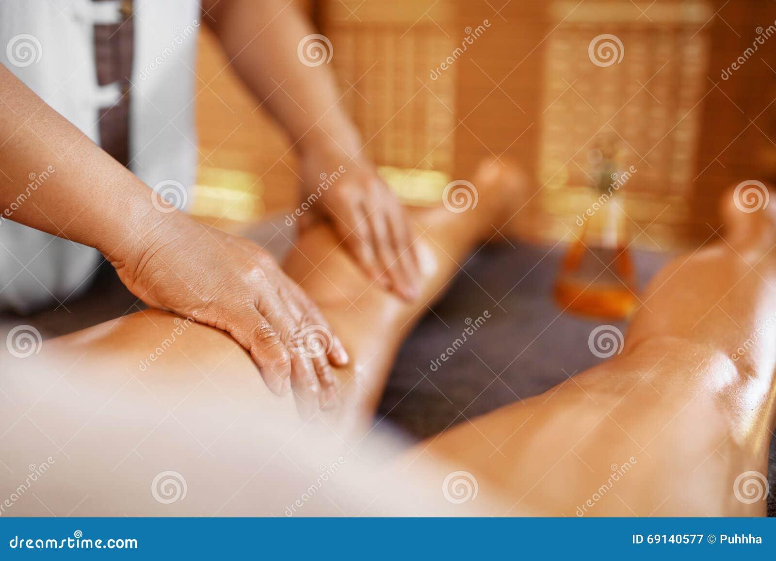 De Vrouw van het kuuroord De Massagetherapie van het oliebeen, Behandeling De zorg van de lichaamshuid