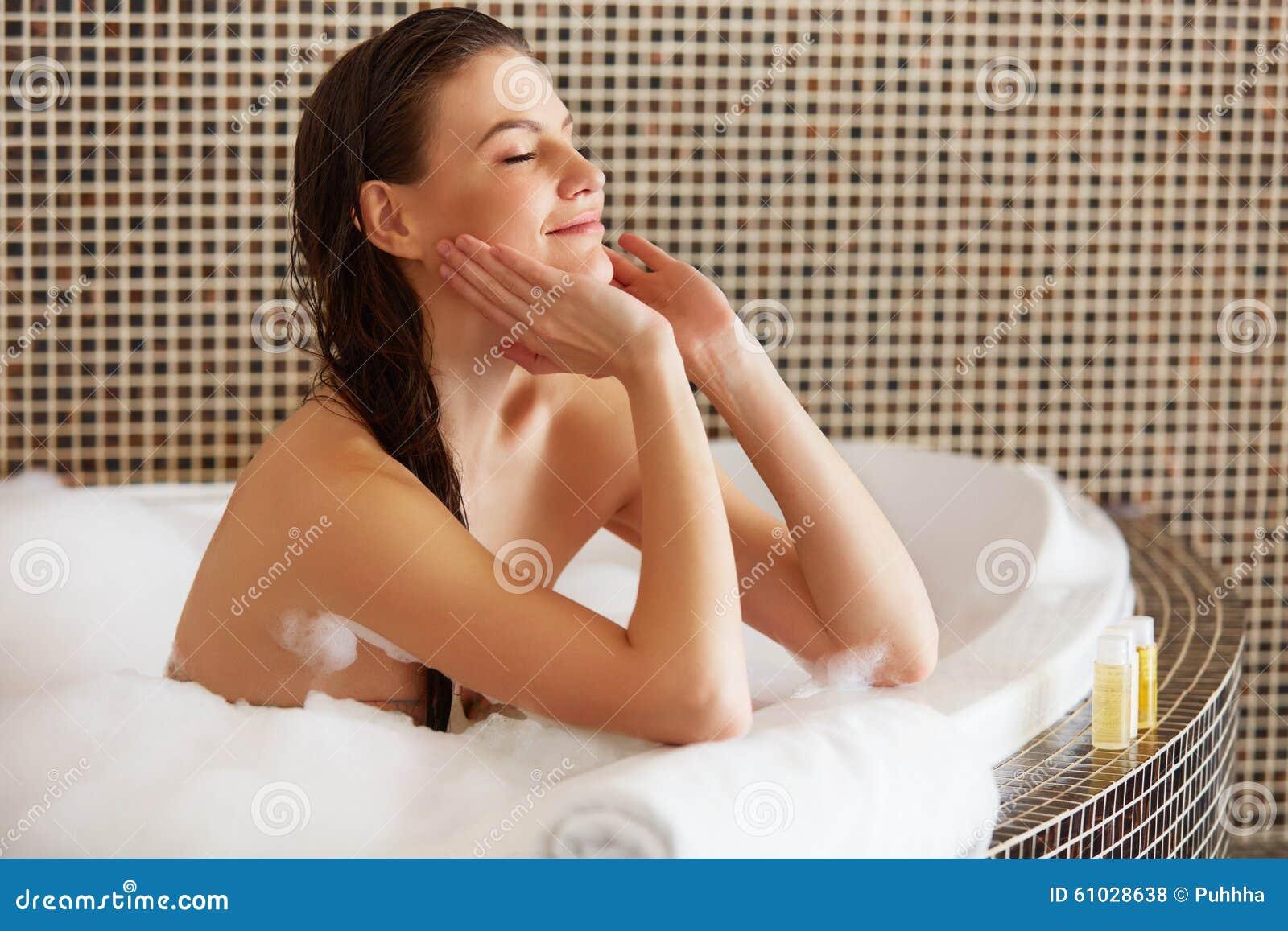 De Vrouw van het kuuroord Mooi Meisje wat betreft Haar Gezicht Perfecte huid Skinc