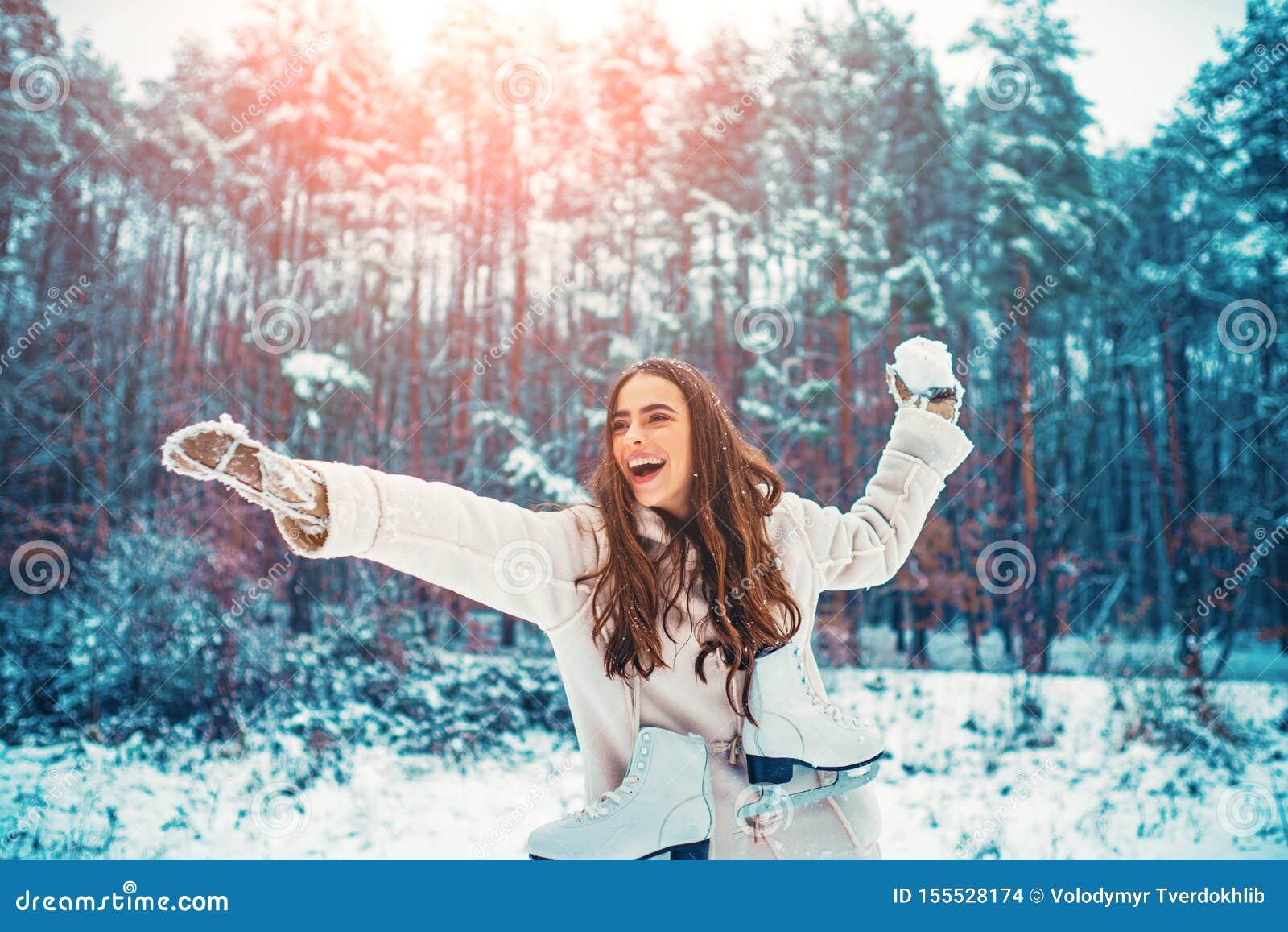 De vrouw van de winter Openluchtportret van jong mooi meisje met lang haar