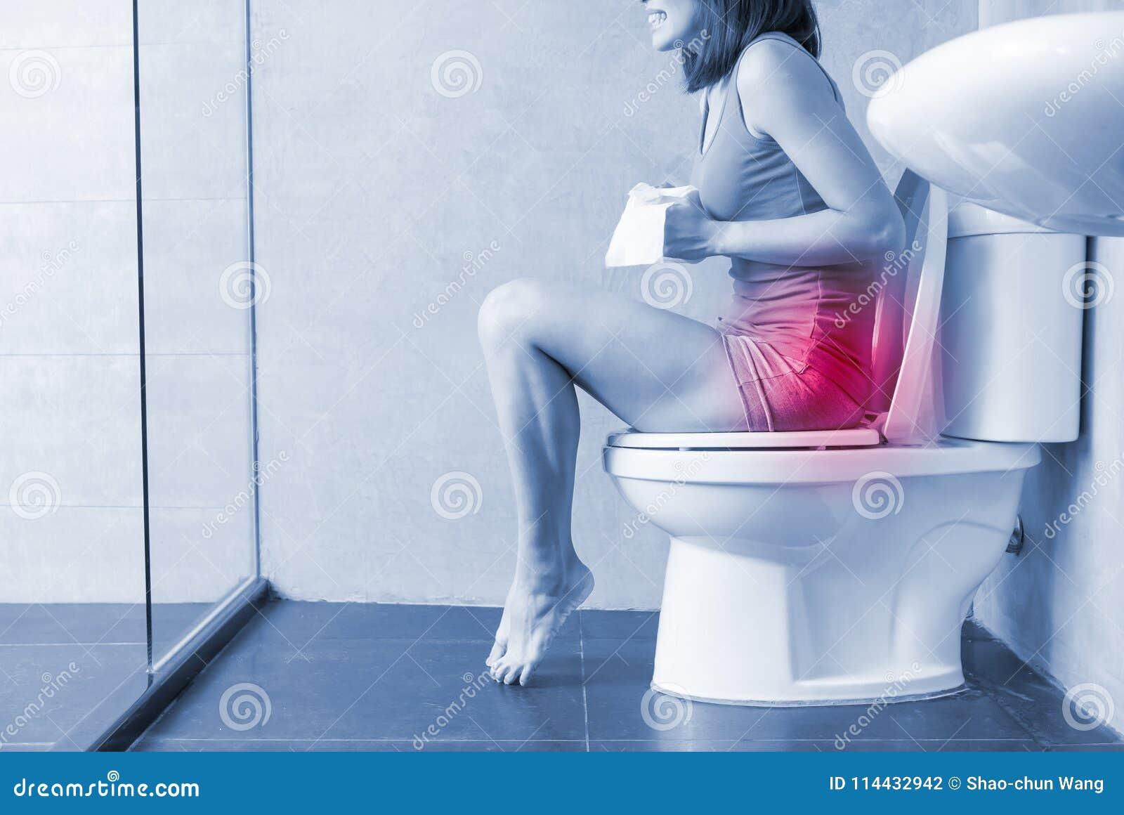 De vrouw voelt pijn met constipatie