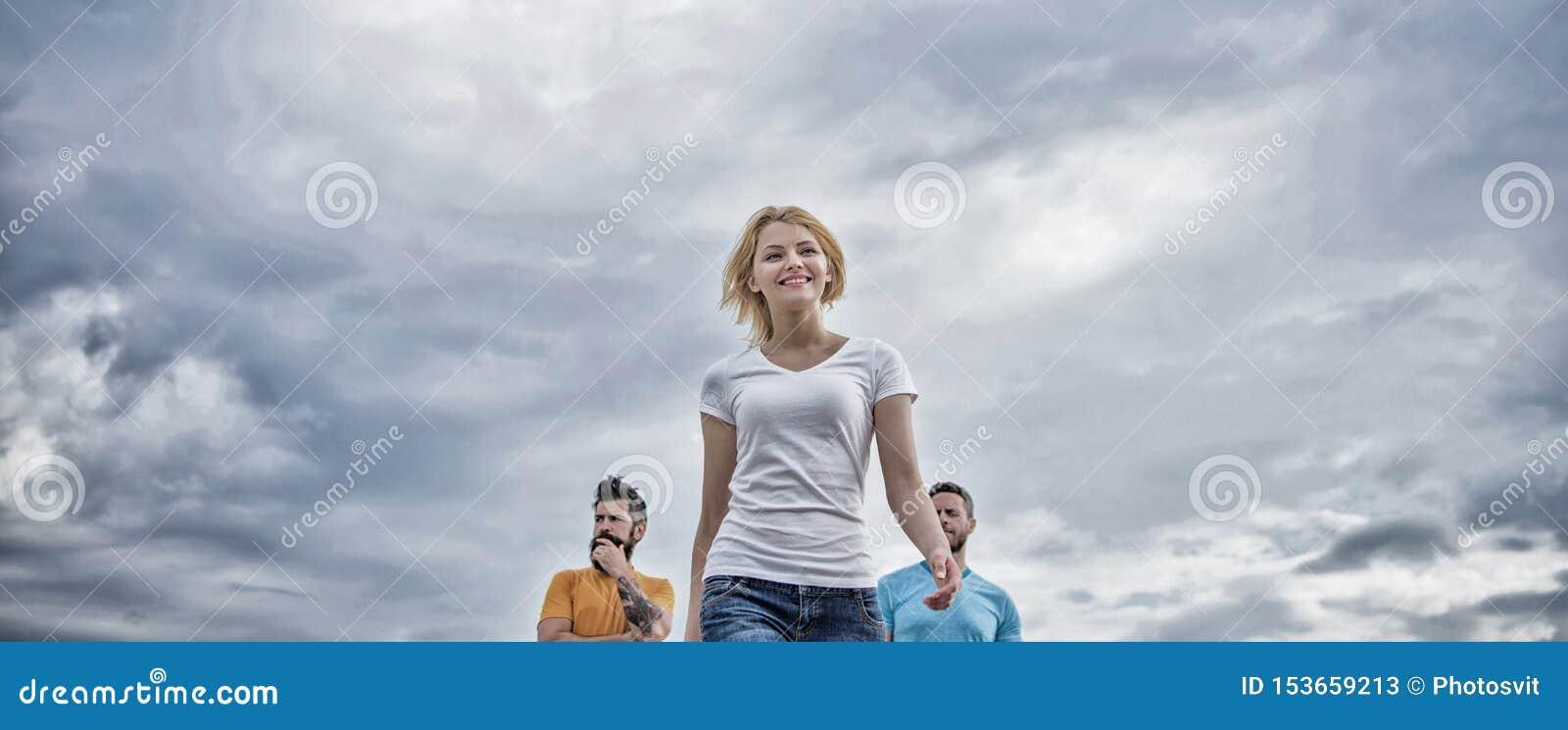 De vrouw voor mannen voelt zeker Bewegend voorwaarts steun mannelijk team Wat succesvolle vrouwelijke leider maakt Meisjesleider