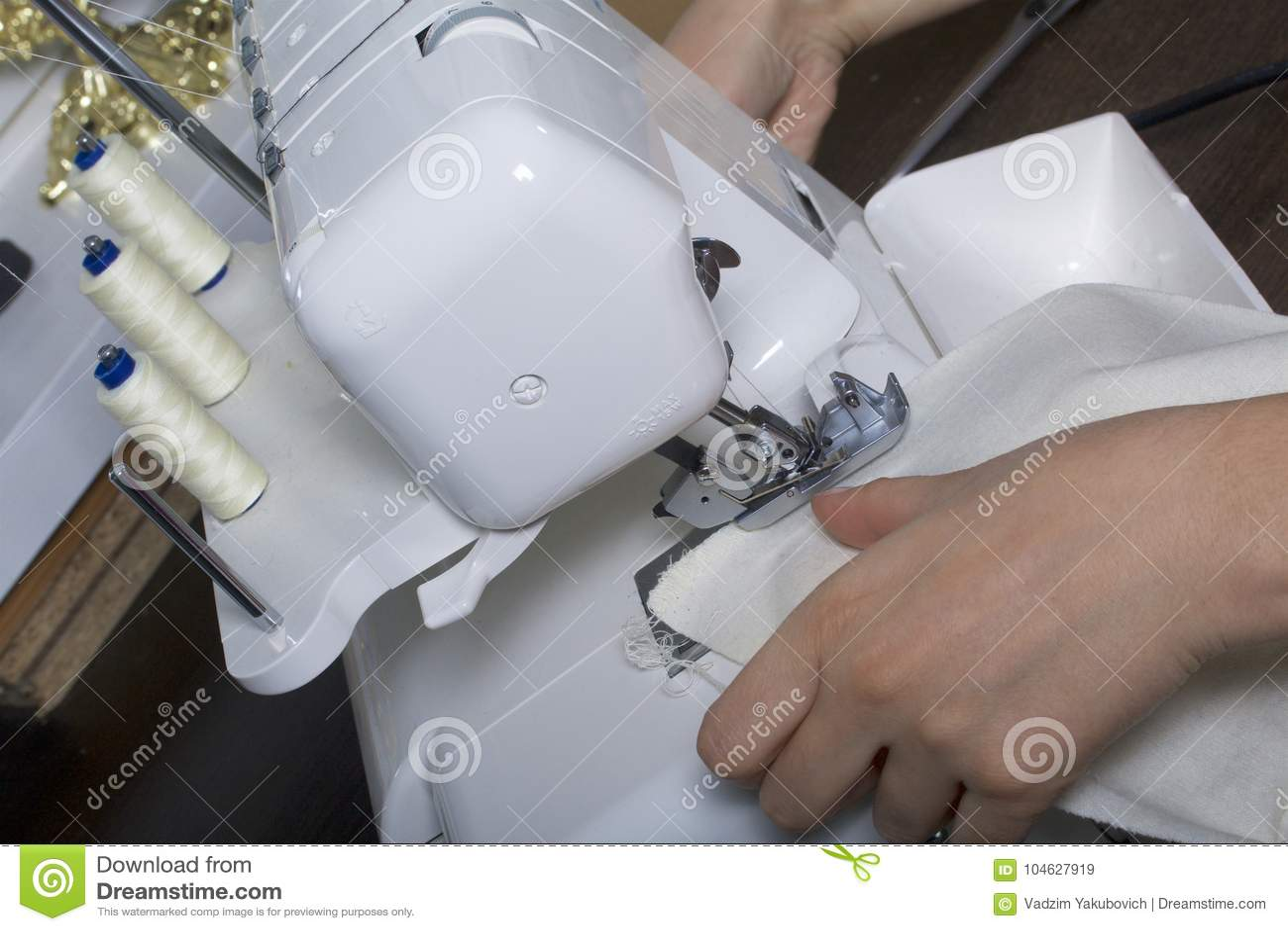 Download De Vrouw Werkt Aan Het Product Op Overlock Overlock Met Witte Draad De Vrouw Leidt De Doek In De Klauw O Wordt Vastgeklemd Dat Stock Afbeelding - Afbeelding bestaande uit machine, ontwerp: 104627919