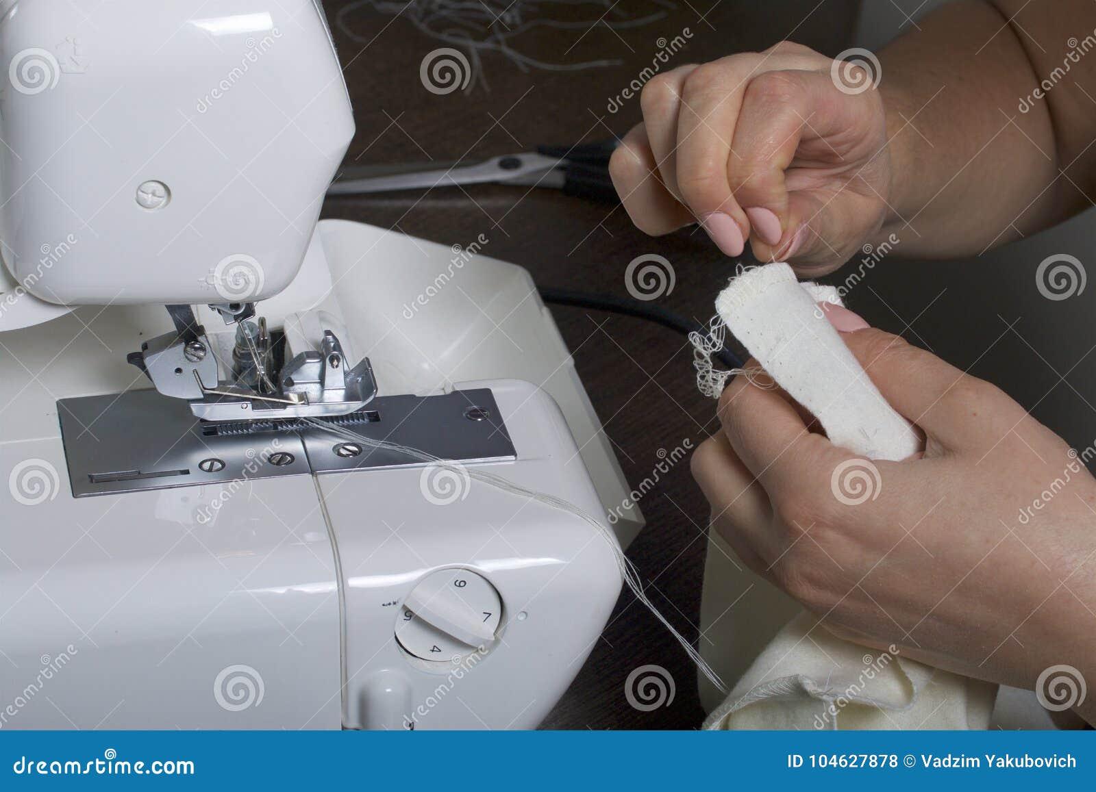 Download De Vrouw Werkt Aan Het Product Op Overlock Overlock Met Witte Draad De Vrouw Past De Stof Aan, Alvorens Binnen Vast Te Klemmen Stock Foto - Afbeelding bestaande uit ontwerp, lijn: 104627878