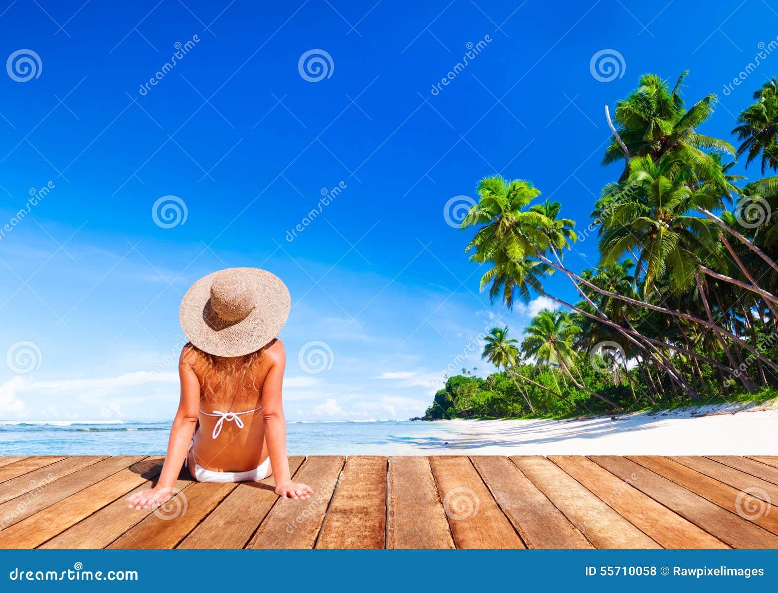 De vrouw zonnebaadt Sunny Summer Beach Relaxing Concept