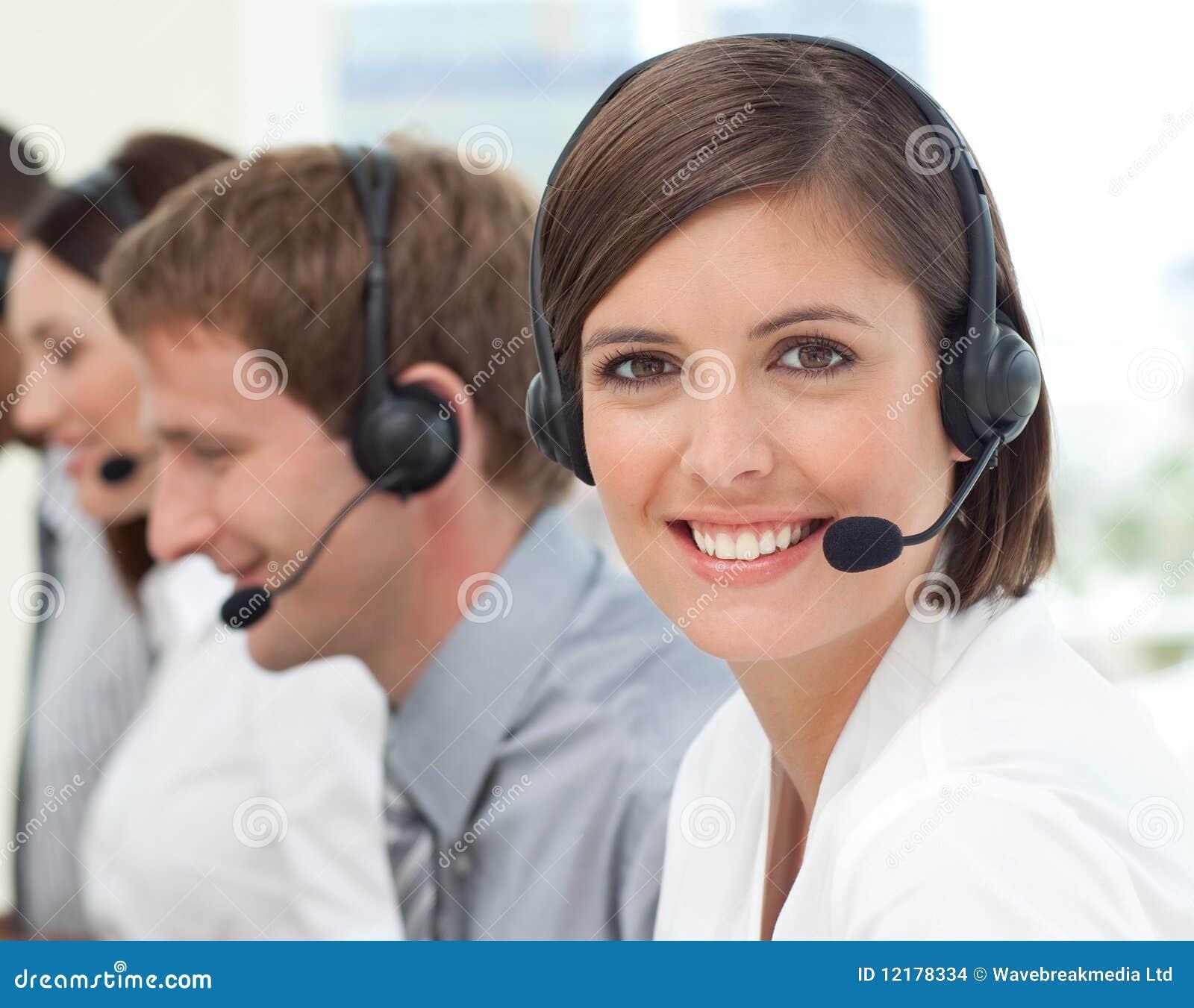 De vrouwelijke agent van de klantendienst in een call centre