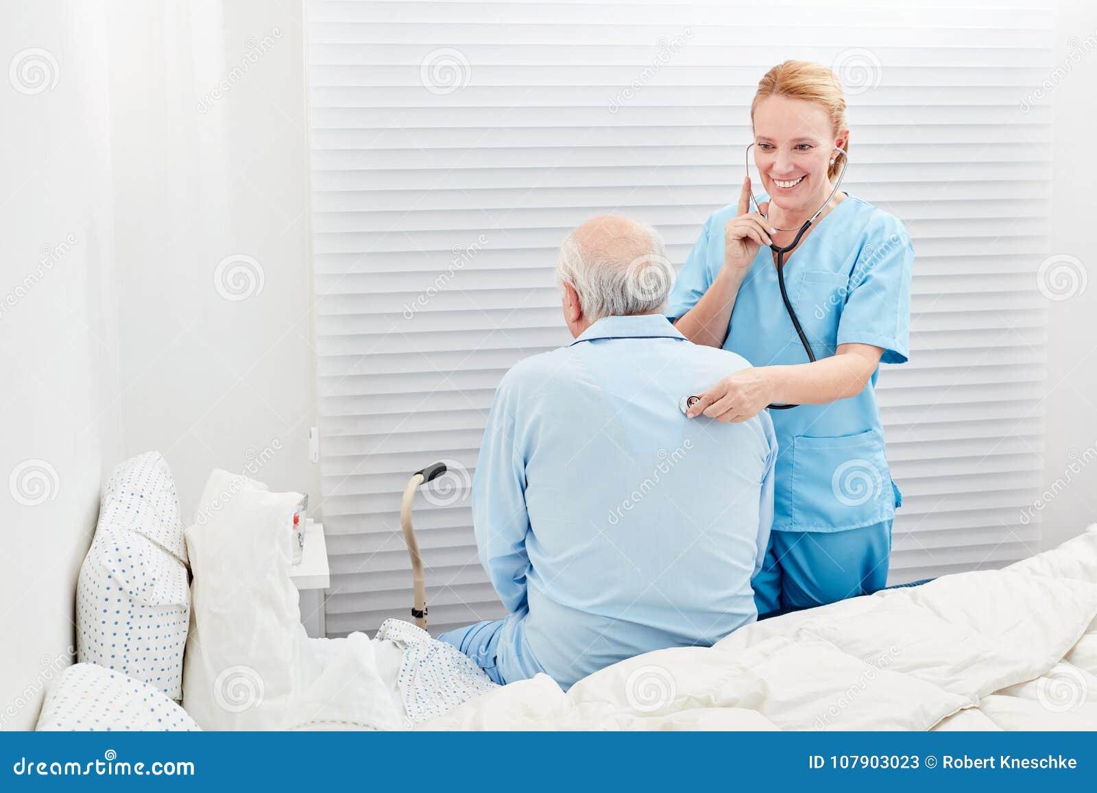 De vrouwelijke arts onderzoekt ademhaling met een zieke oudste