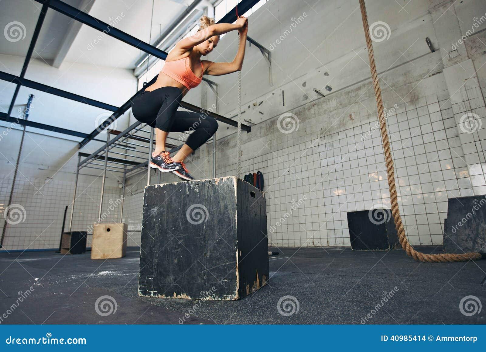 De vrouwelijke atleet voert doossprongen bij gymnastiek uit