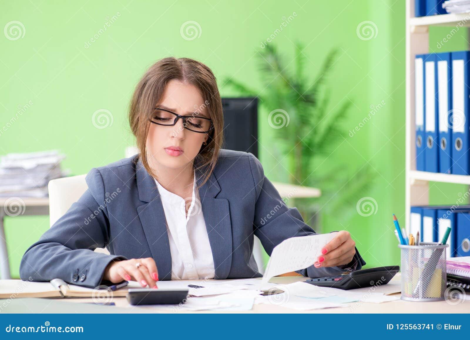 De vrouwelijke financiële manager die in het bureau werken