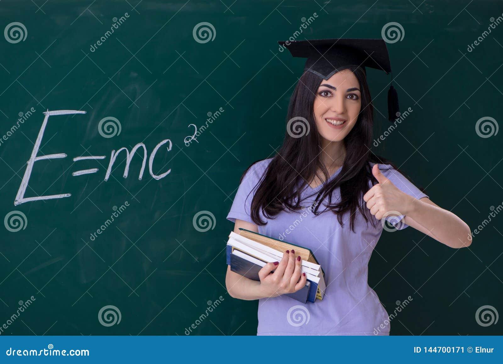 De vrouwelijke gediplomeerde student voor groene raad
