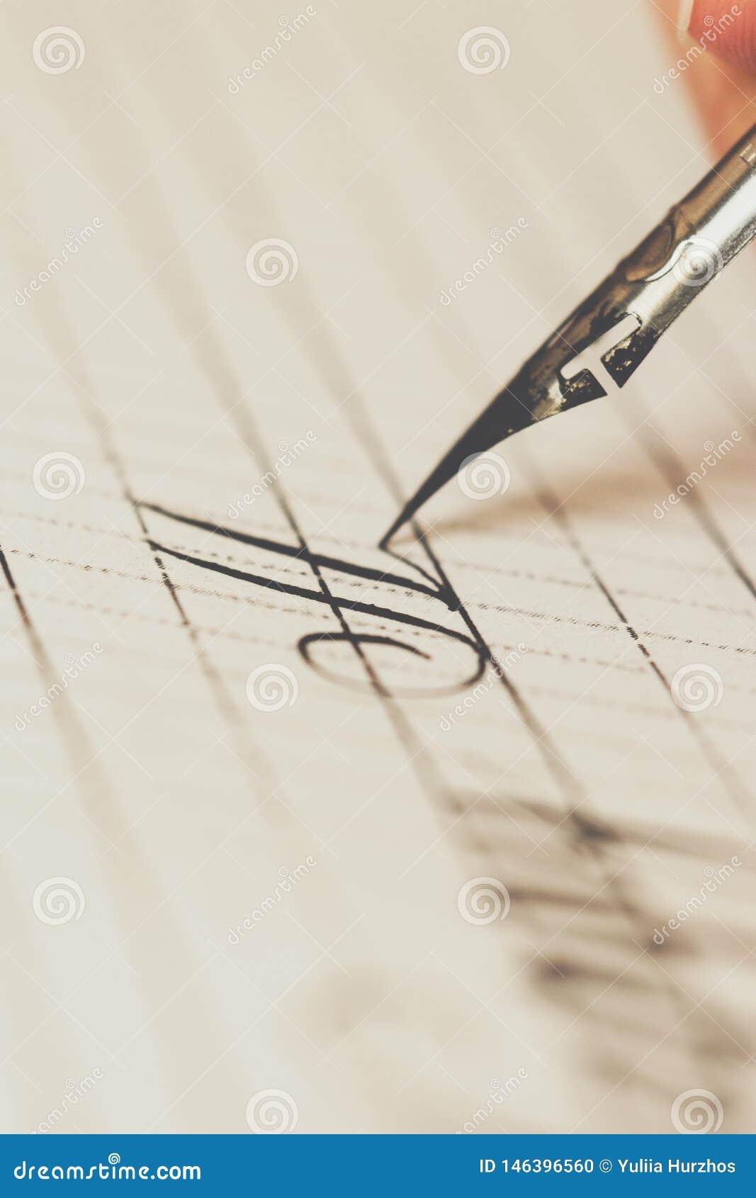 De vrouwelijke hand schrijft met de met inkt besmeurde pen op een Witboekblad met strepen kantoorbehoeften op bureau dichte omhoo