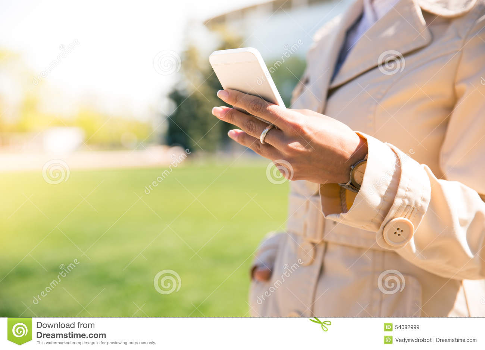 De vrouwelijke Holding Smartphone van de Hand