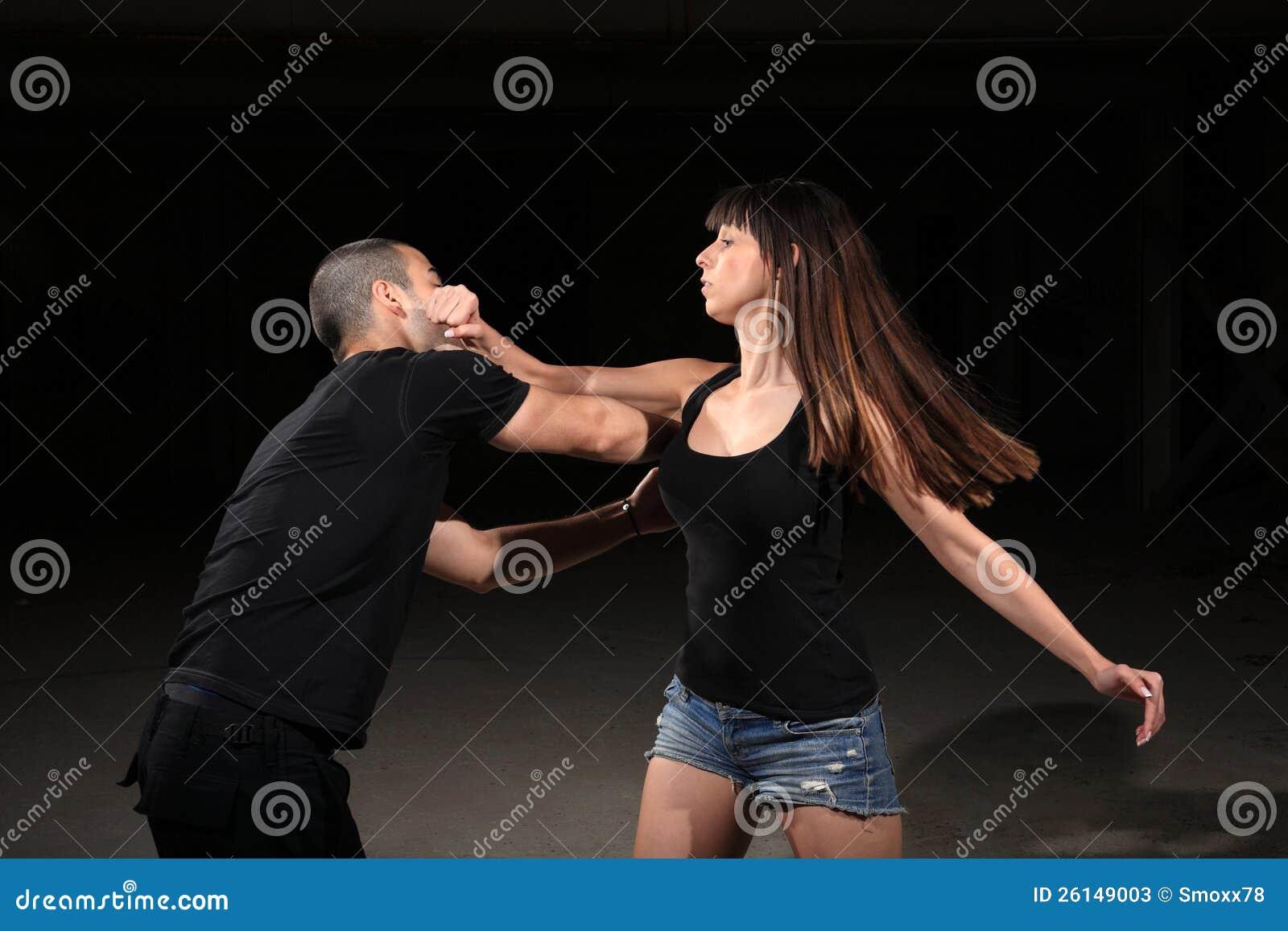 De vrouwelijke instructeur van vechtsporten