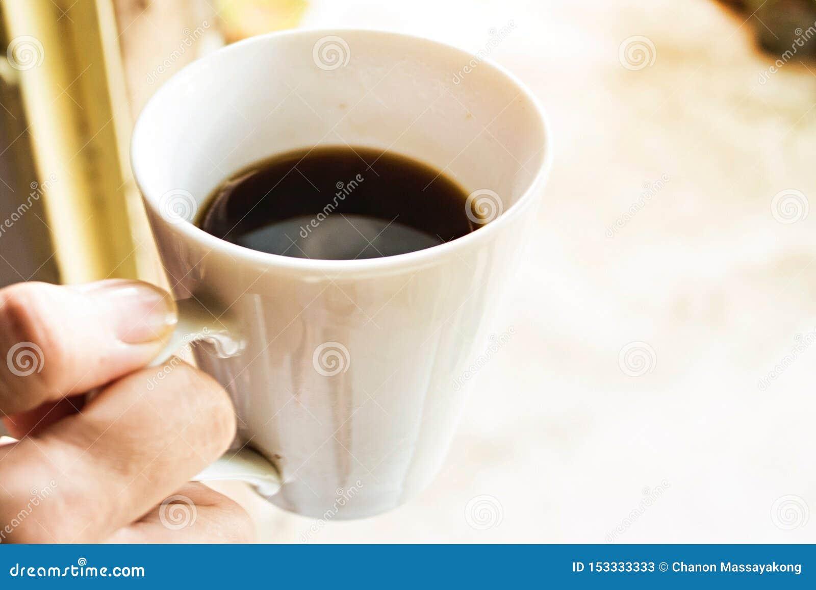 De vrouwelijke kop van de handgreep van koffie