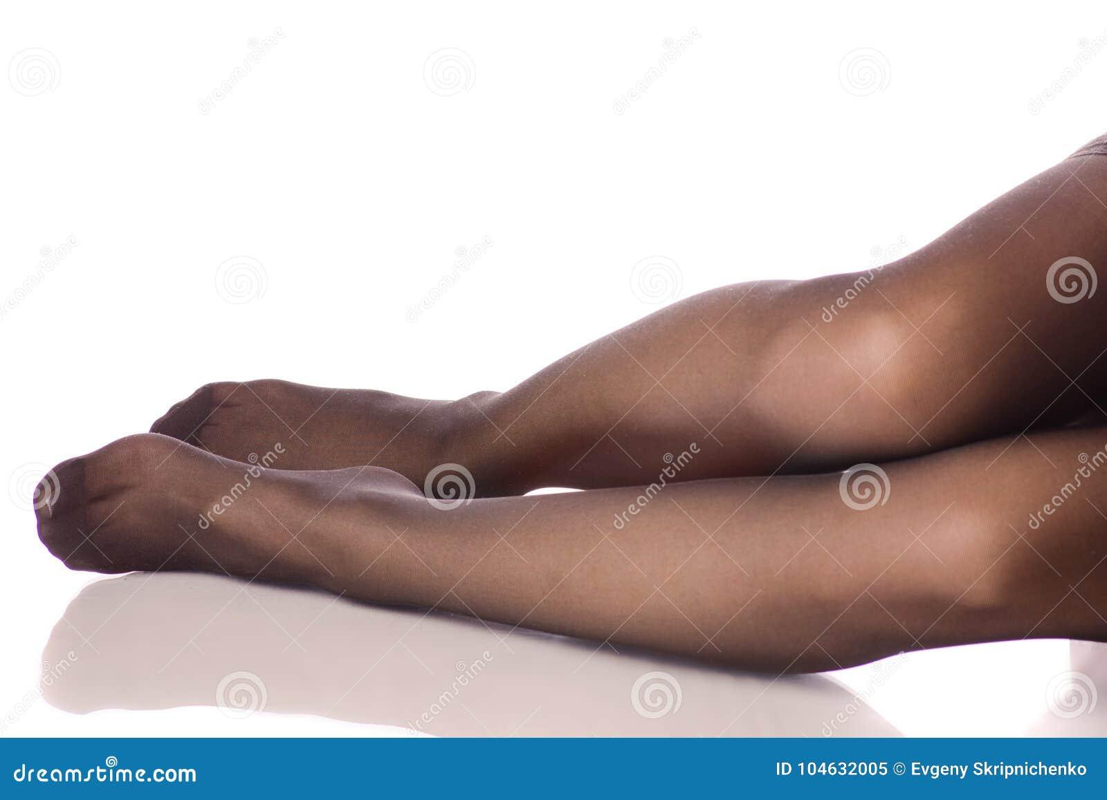 Download De Vrouwelijke Legging Van Benen Zwarte Kousen Stock Afbeelding - Afbeelding bestaande uit lying, lichaam: 104632005