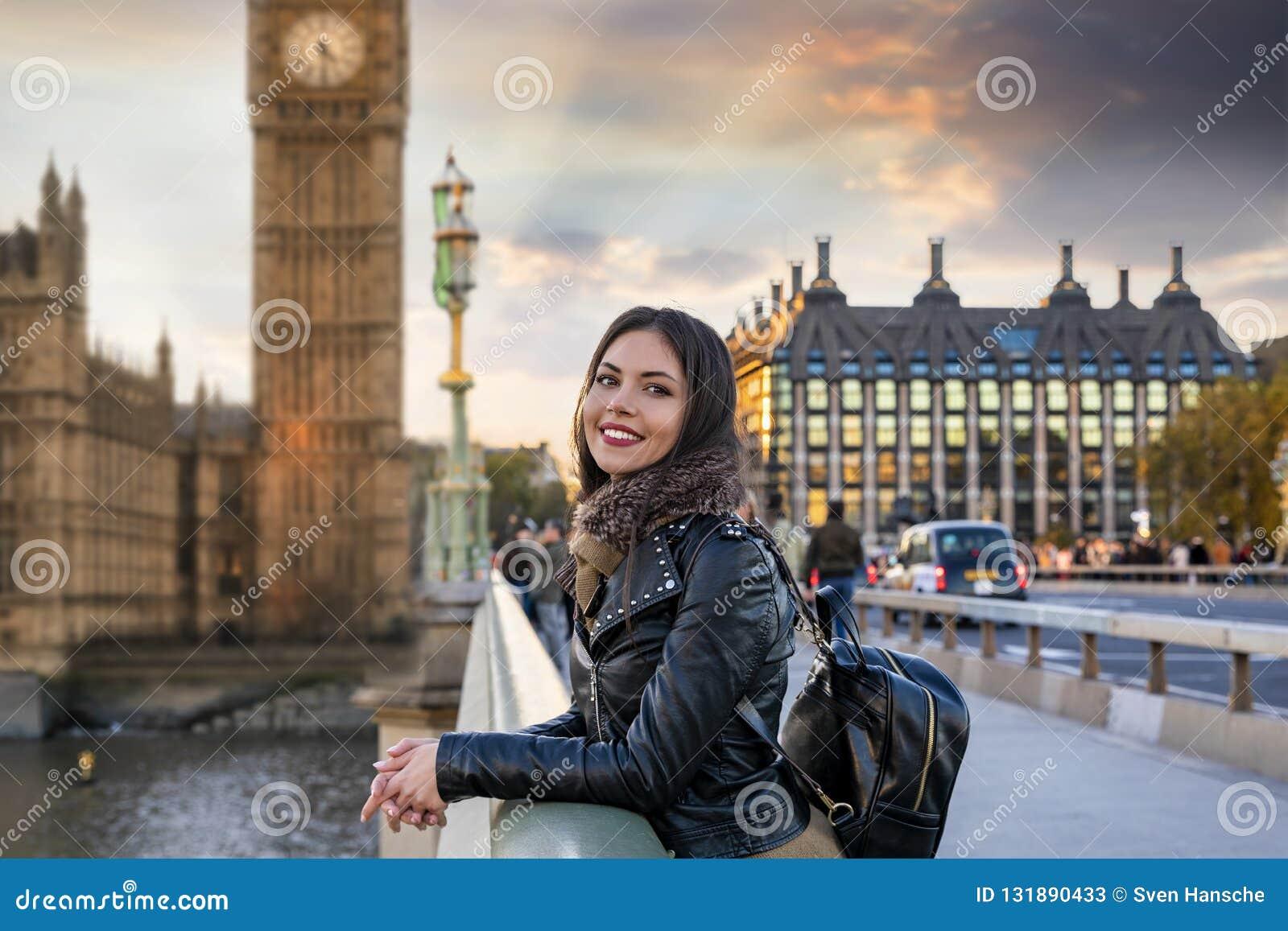 De vrouwelijke reiziger van Londen geniet van de mening aan het Paleis en Big Ben van Westminster clocktower