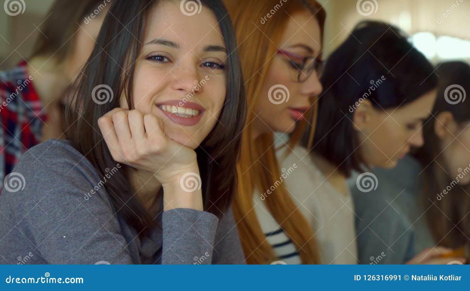 De vrouwelijke student stelt bij de lezingszaal