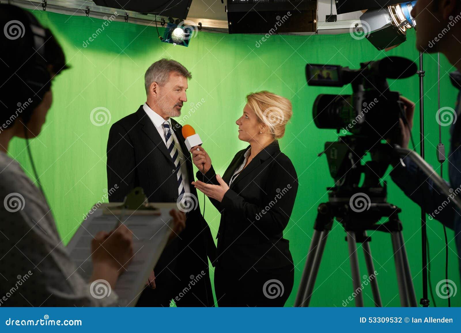 De vrouwelijke Studio van Presentatorinterviewing in television met binnen Bemanning