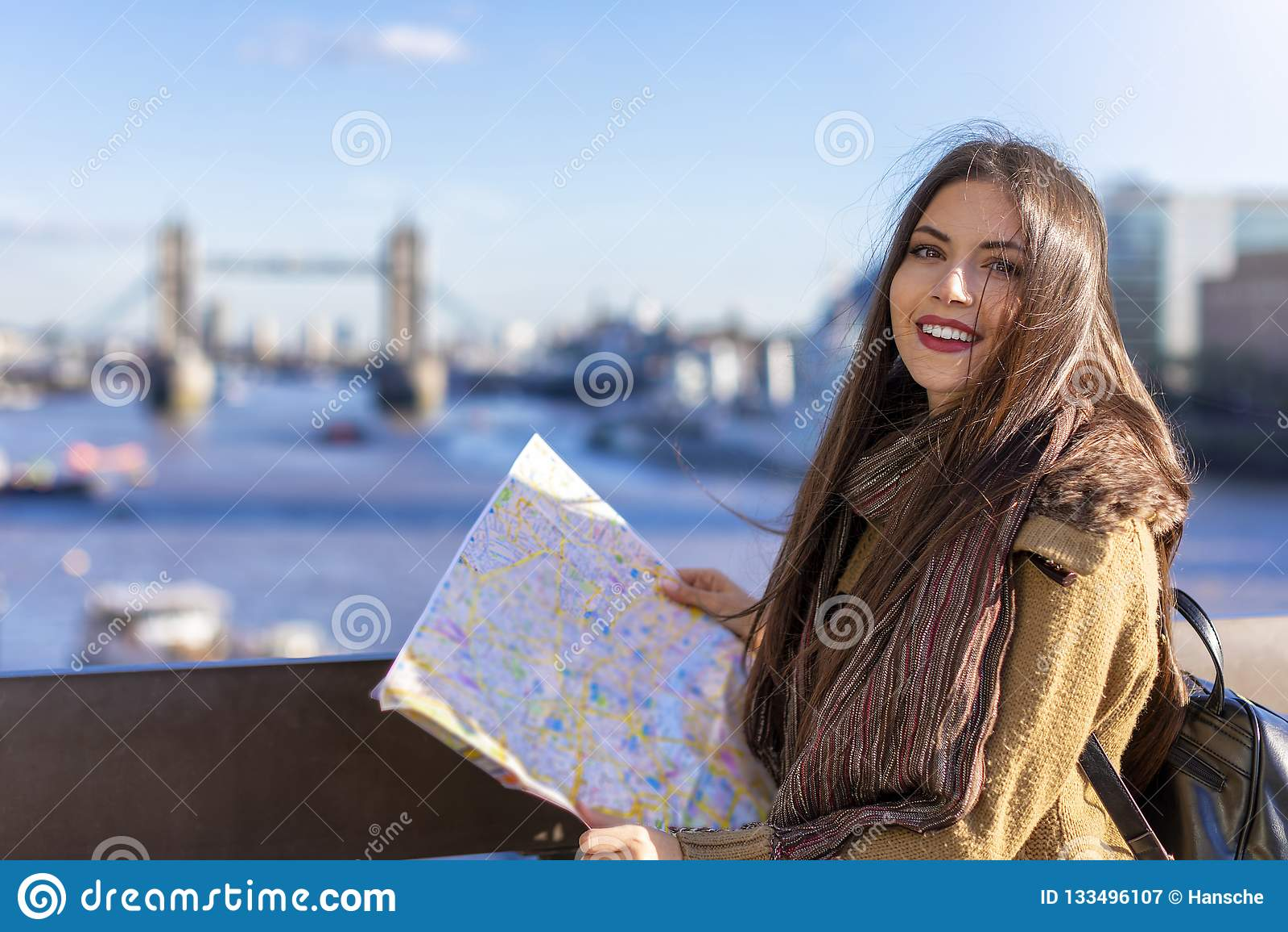 De vrouwelijke toerist bekijkt de straatkaart voor de Torenbrug, het UK