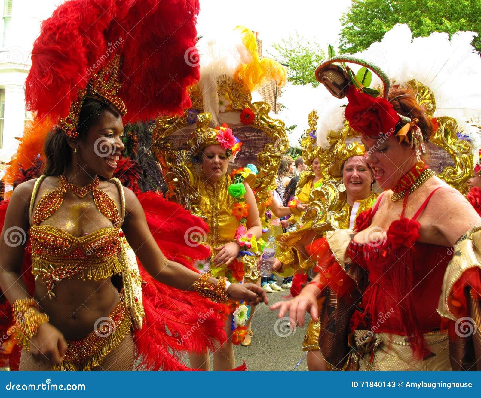 De vrouwelijke uitvoerders van Carnaval van de Nottingsheuvel in Londen, Engeland