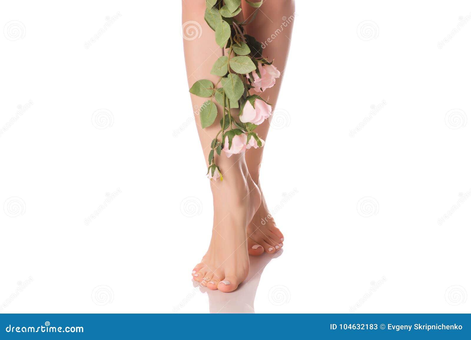 Download De Vrouwelijke Voeten Hielen Bloemen Stock Afbeelding - Afbeelding bestaande uit meisje, zorg: 104632183