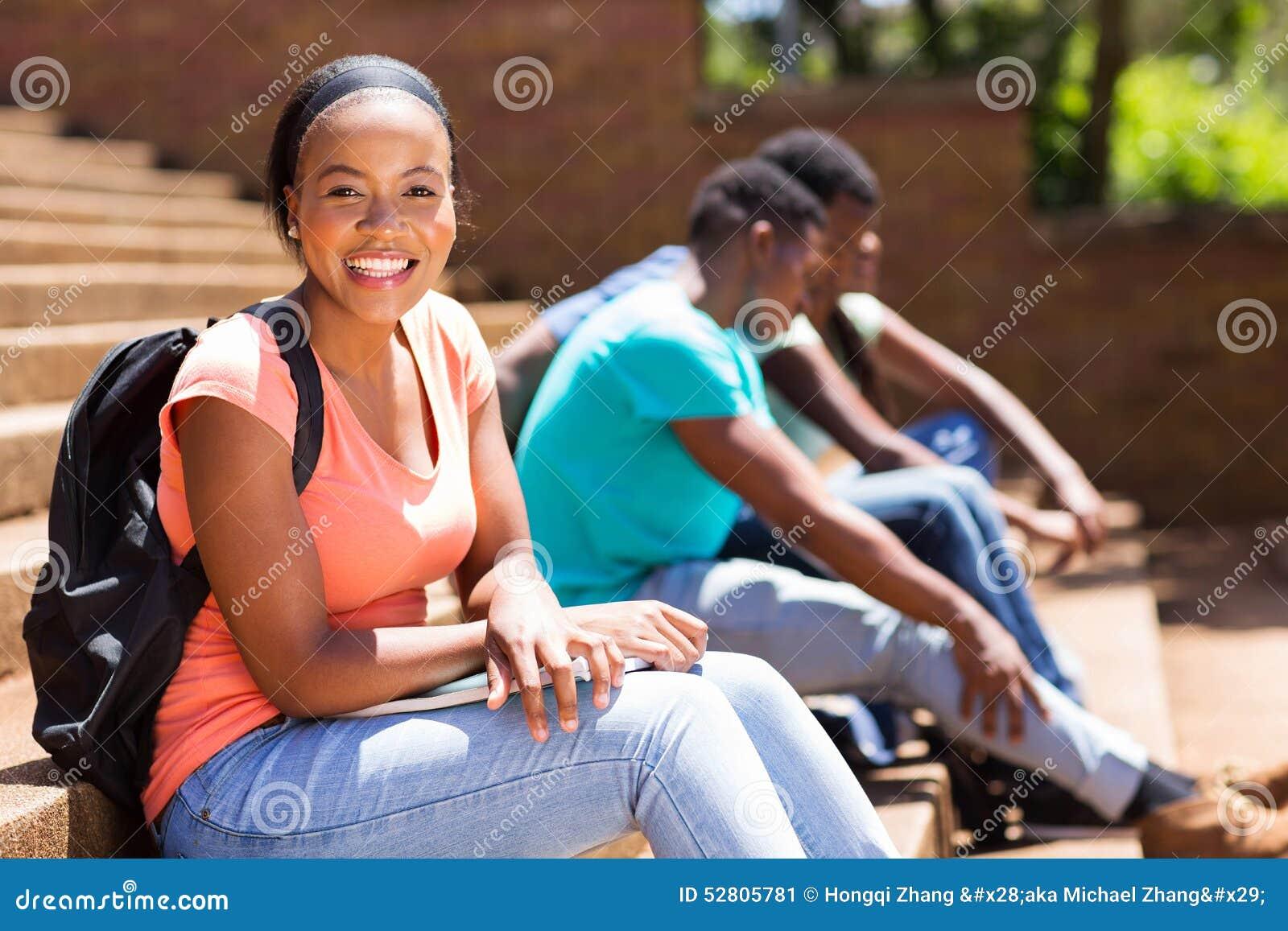 De vrouwelijke zitting van de afro Amerikaanse student op stappen