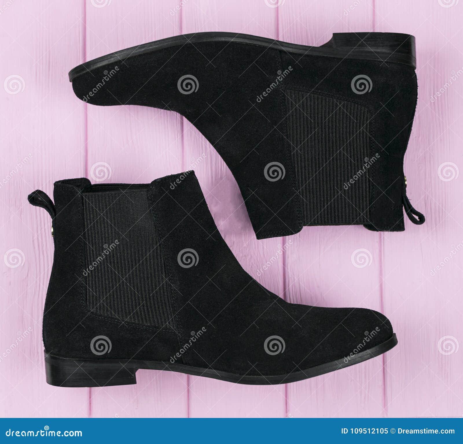De vrouwelijke zwarte schoenen van suèdechelsee