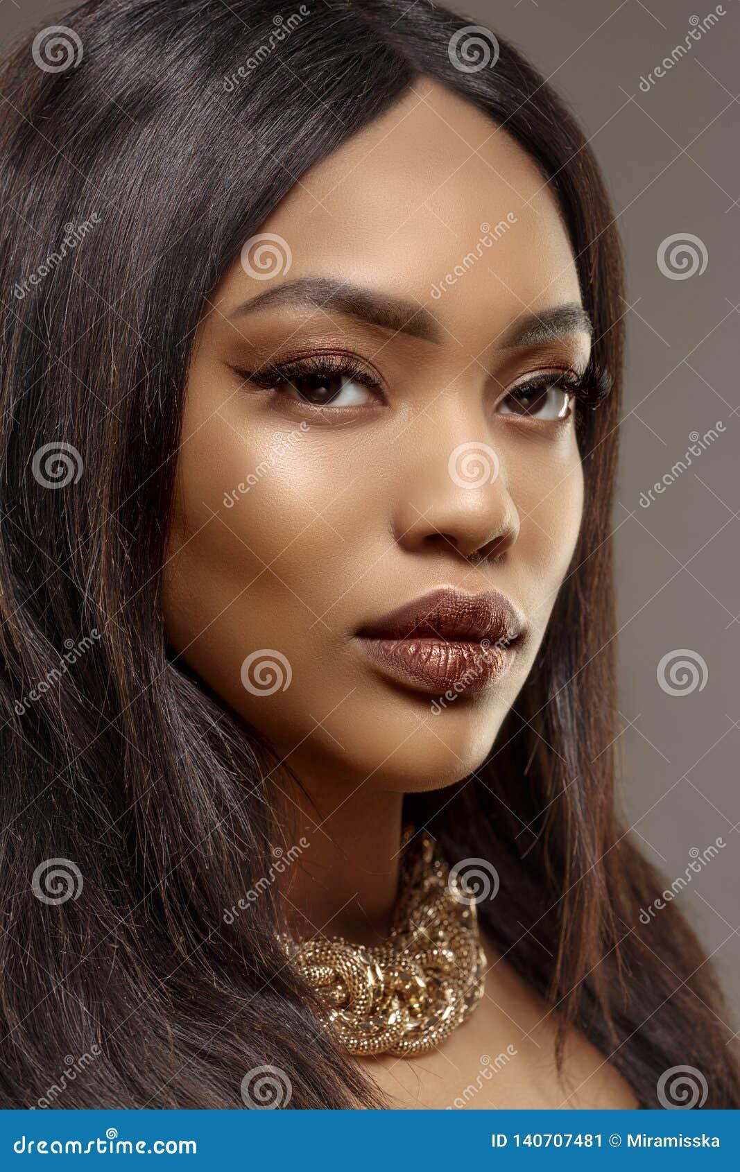 De vrouwen Afrikaans Etnisch vrouwelijk gezicht van de schoonheids zwart huid Jong Afrikaans Amerikaans model met lang haar