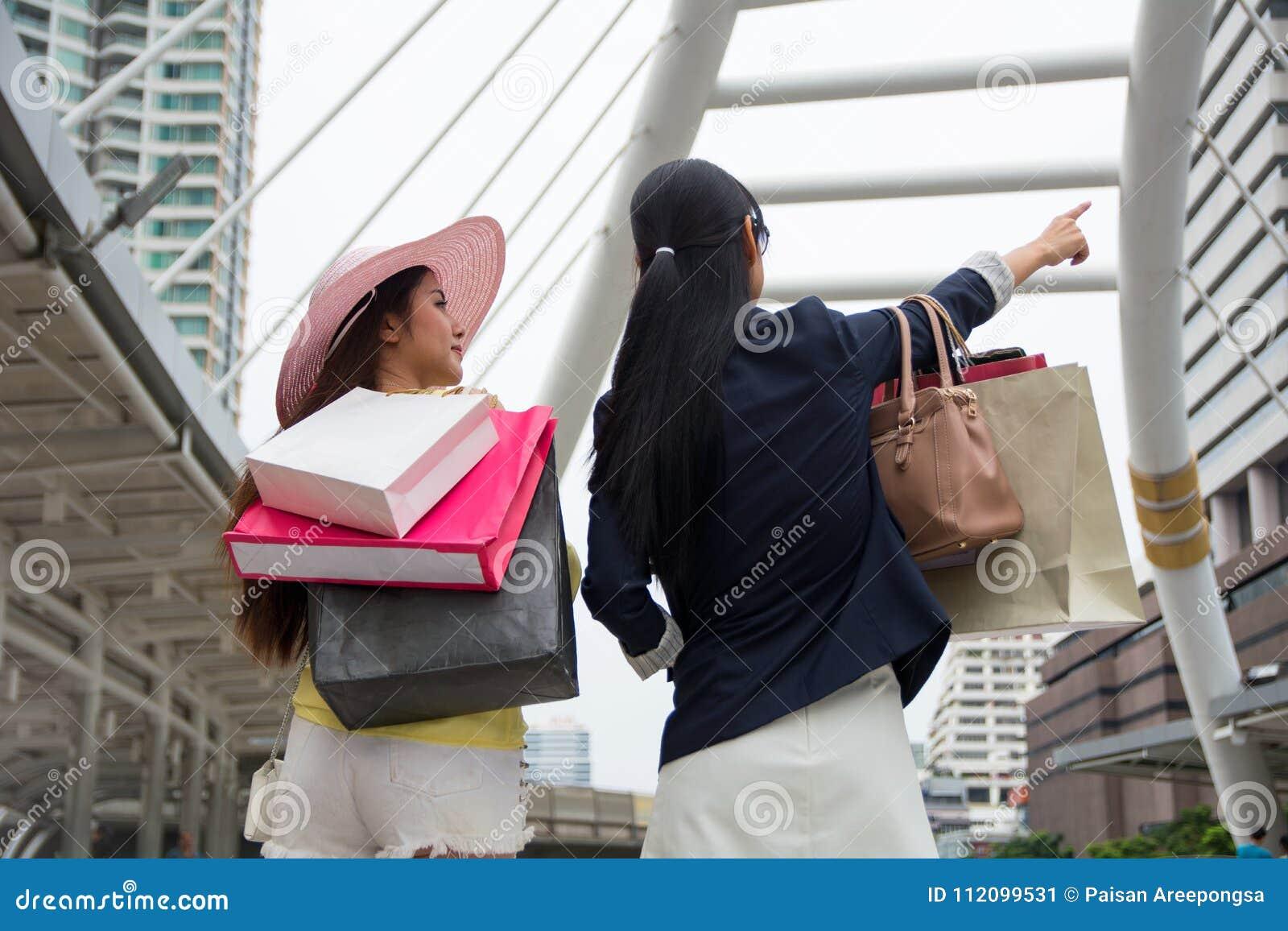 De vrouwen die van het weekend genieten die en verheugen zich op volgende sho winkelen